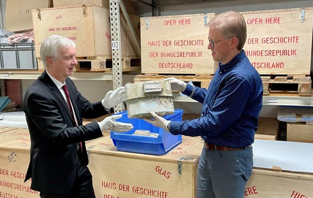 Marcelo Peerenboom (rechts) übergab Sammlungsdirektor Dr. Dietmar Preißler einen Gaszähler, der aus einem überfluteten Haus im Ahrtal ausgebaut wurde. Foto: evm