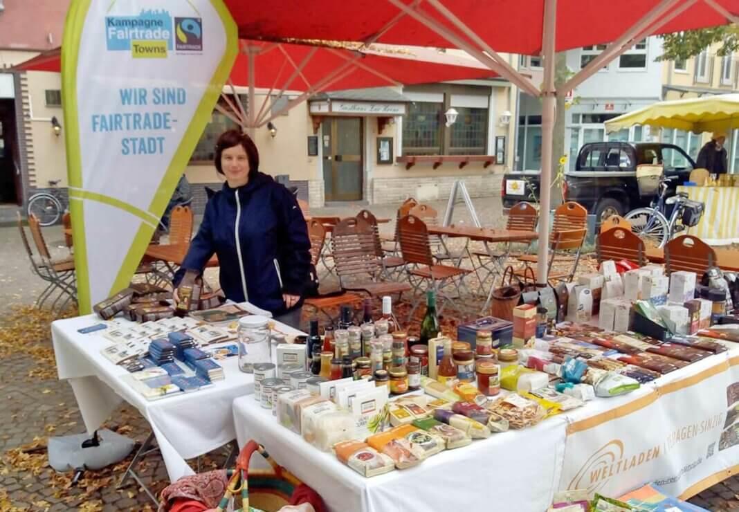 Der Weltladen wirbt an seinem Stand auf dem Wochenmarkt für die Fairtrade-Stadt Remagen.