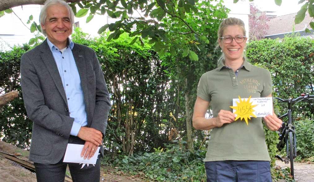 Frau Voss von der Lebenshilfe und Herr Adams von der Stadt Sinzig bei der Spendenübergabe